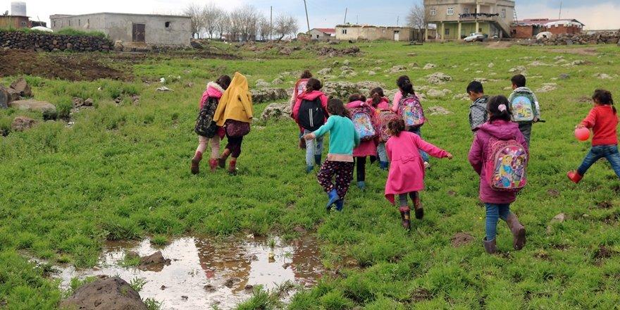 Mahallelerinde yol yok, okul servisine 1 kilometre yol yürüyorlar