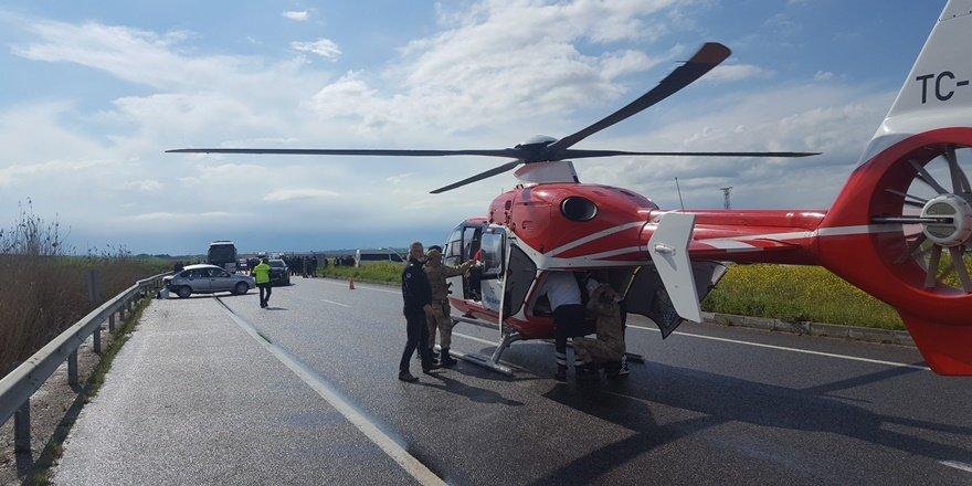 Ambulans helikopter yaralıyı almak için kara yoluna indi