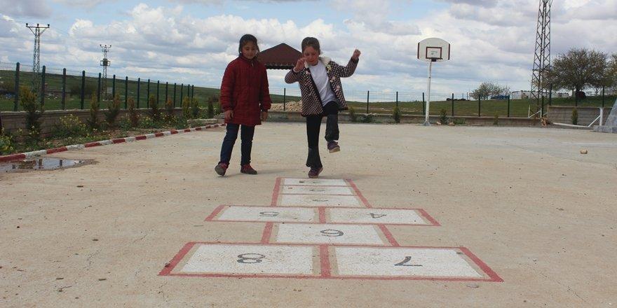 Köy okuluna sosyal alanlar oluşturdular