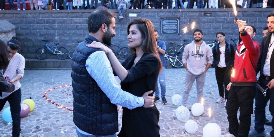 VİDEO - Diyarbakır Tarihi köprüde evlilik teklifi