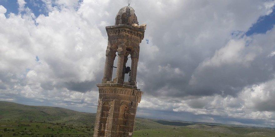 1500 yıllık kilisenin çan kulesine yıldırım düştü