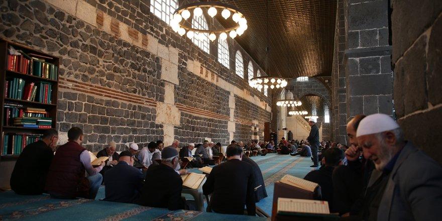 Diyarbakır'ın tarihi camileri mukabele geleneğini sürdürüyor
