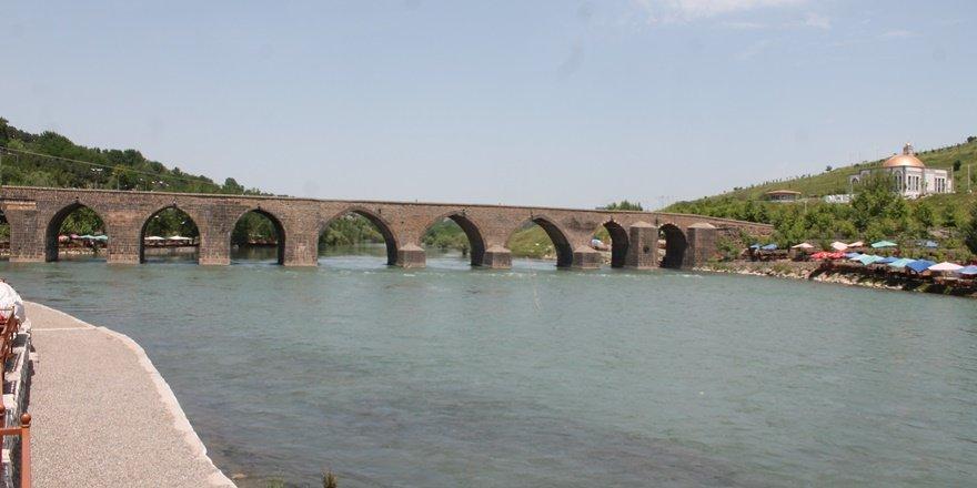 Diyarbakırlılar On Gözlü Köprü'ye akın ediyor