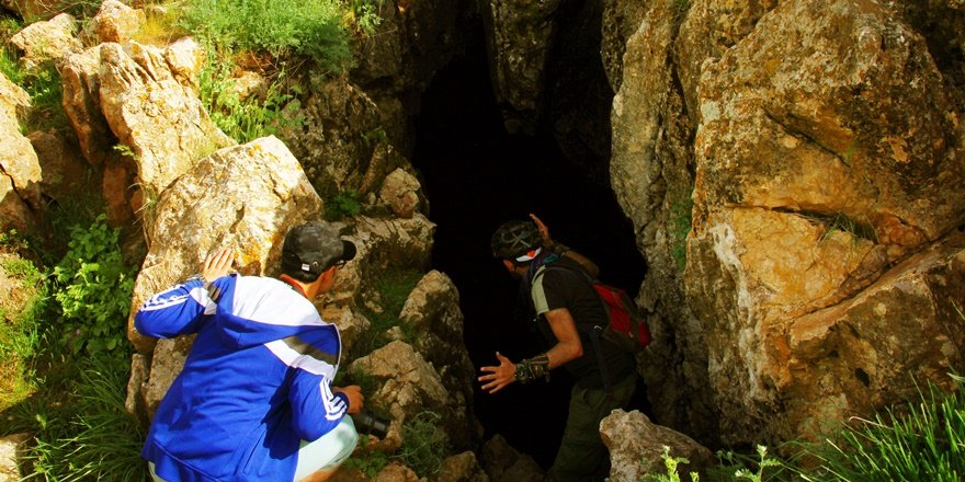 Fotoğraf çekerken mağara keşfetti