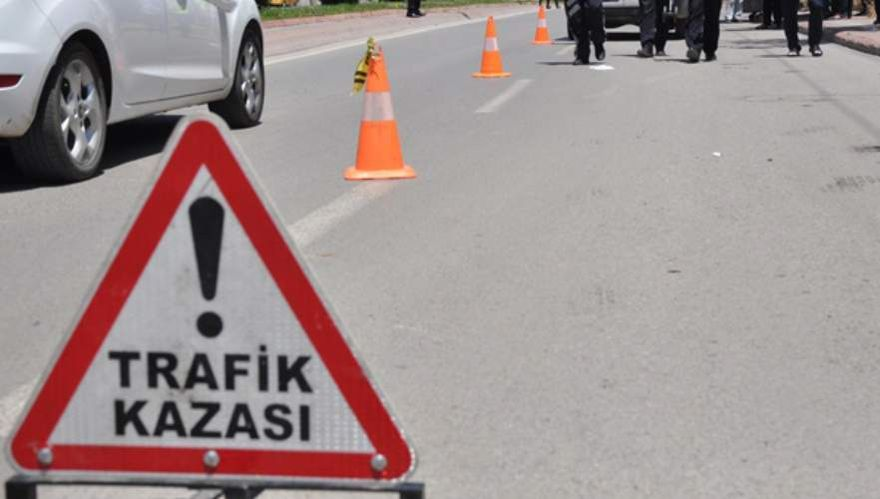 1'i ağır 3 kişinin yaralandığı trafik kazası, güvenlik kamerasında
