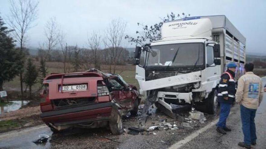 Kamyonla çarpışan otomobilin sürücüsü öldü
