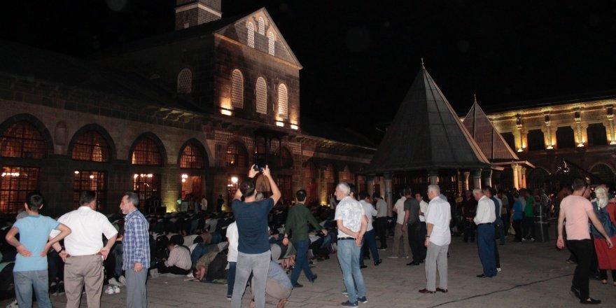 VİDEO - Ulu CamiKadir Gecesi'nde doldu taştı