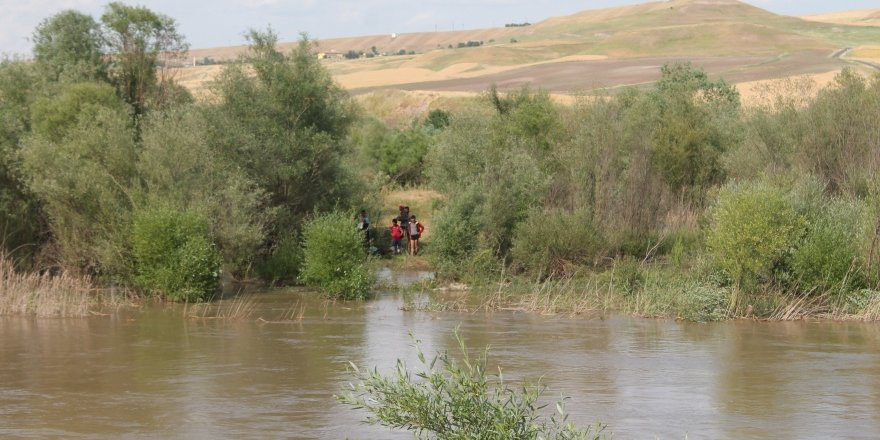 Dicle Nehri'nin ortasında 7 çocuk mahsur kaldı