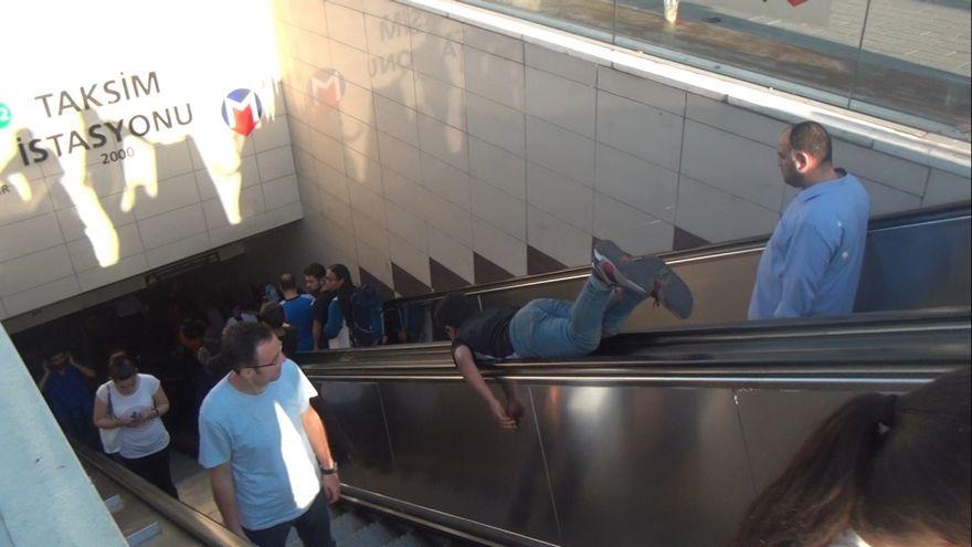 Çocukların tehlikeli yürüyen merdiven oyunu