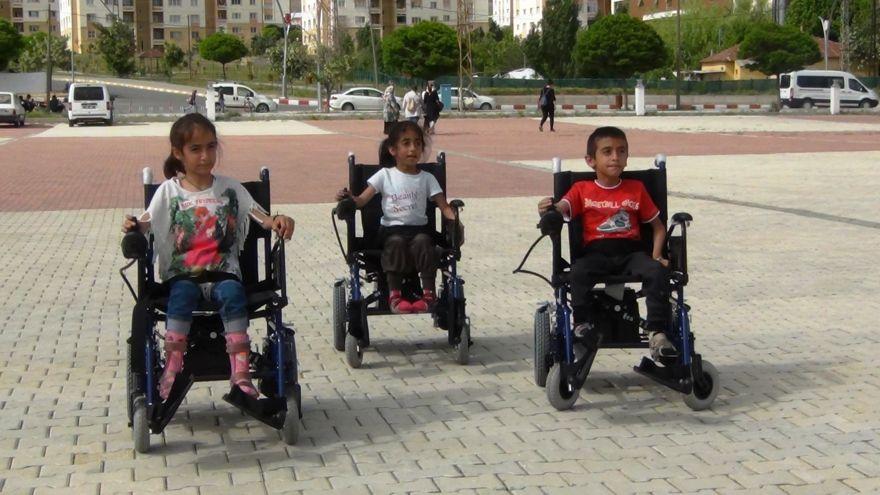Kas hastası üç çocuk akülü arabalarına kavuştu