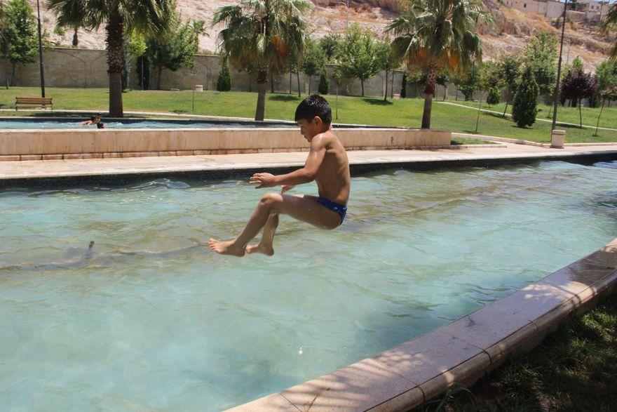 Şanlıurfa'da sıcak hava çocukları bunaltı