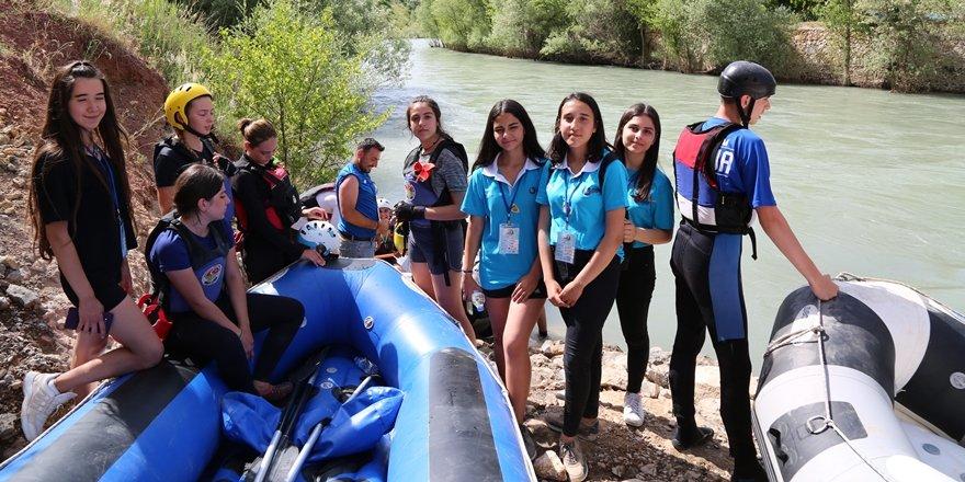 Yabancı sporculara Dersimli gençler rehberlik ediyor