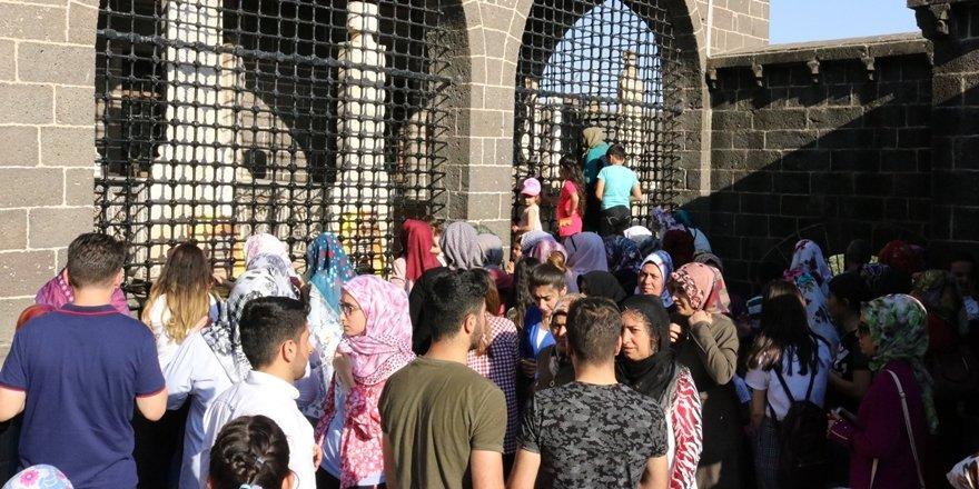 Diyarbakır'da öğrenciler türbe ve camilere akın etti
