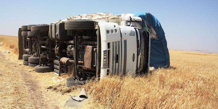 VİDEO - Diyarbakır'da saman yüklü kamyon işçilerin üzerine devrildi