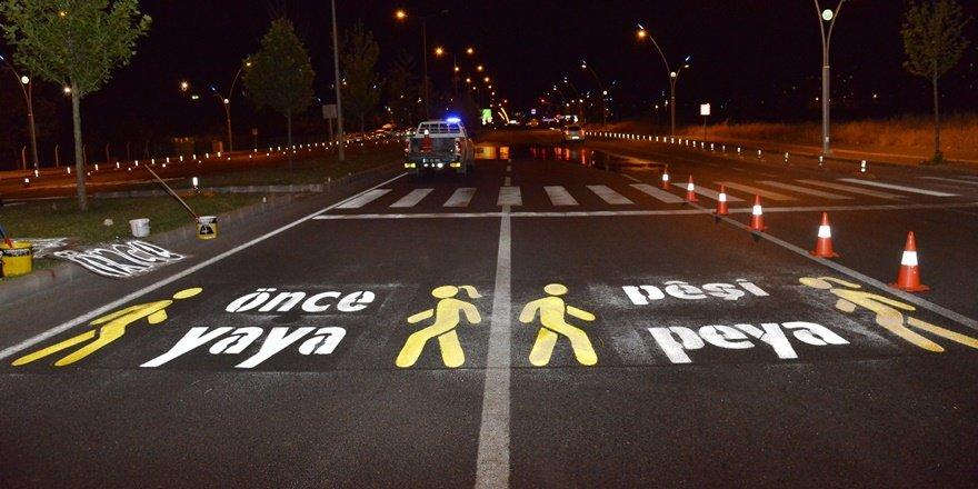 Caddelere iki dilli 'Önce Yaya' görselleri çizildi