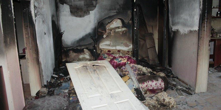 Diyarbakır'da evleri yanan 7 kişilik aile yardım bekliyor