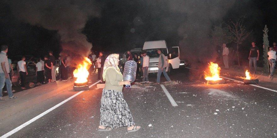 Vatandaşlar akmayan su için şehirlerarası yolu trafiğe kapattı