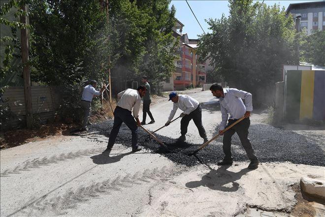 Muş'un Üçevler köyünde  yol çalışması