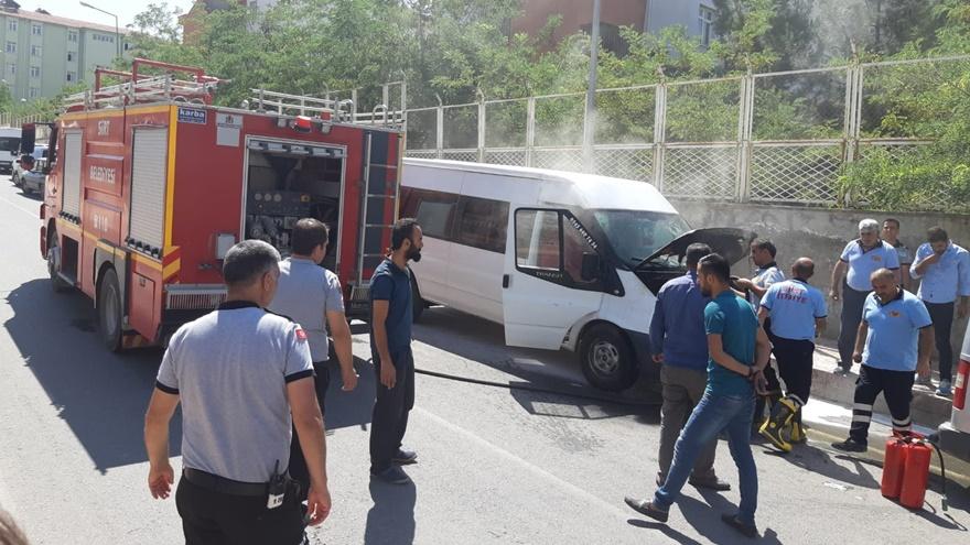 Siirt'te park halindeki minibüste yangın