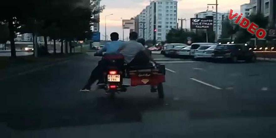 3 Tekerlekli motosiklette tehlikeli yolculuk