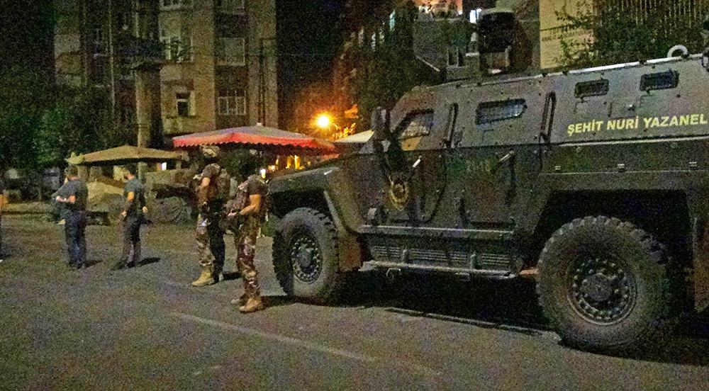 Diyarbakır'da ev baskını: 1 ölü