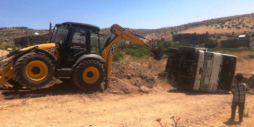 Diyarbakır'da sondaj yapan kamyon devrildi
