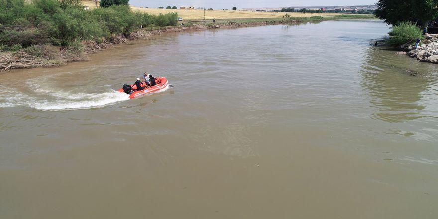 Nehir'de mahsur kalan 12 kişi kurtarıldı