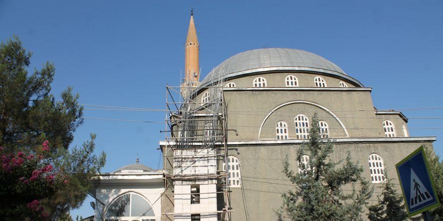 Yıldırım düşen cami minaresi onarılıyor