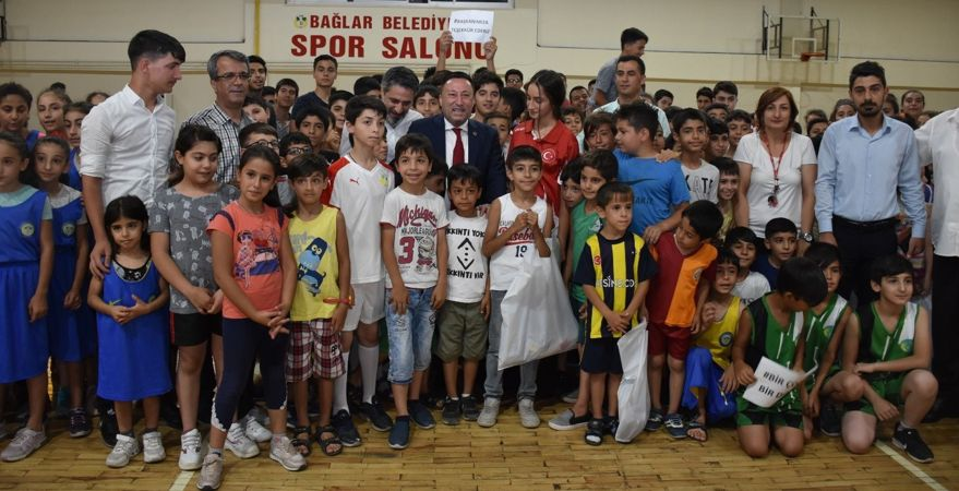 Yaz spor okullarına katılan çocuklara malzeme desteği
