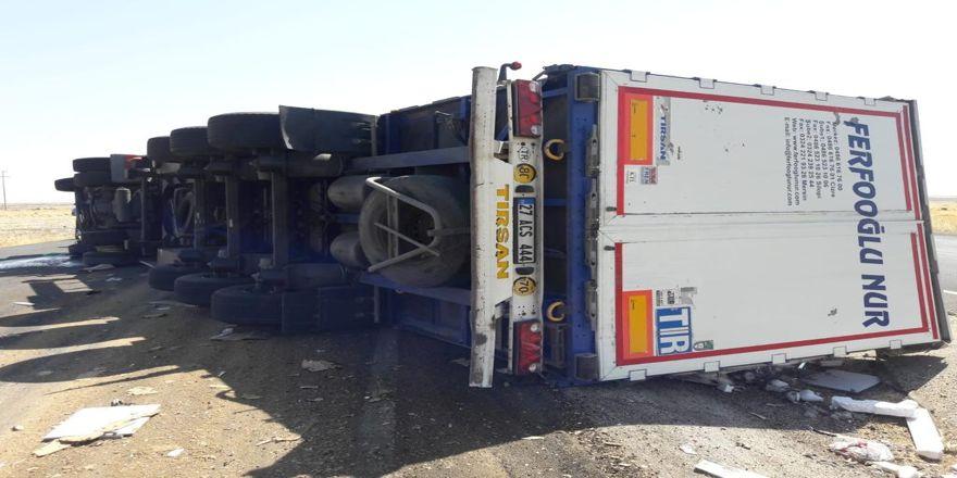 Şırnak'ta tır devrildi: 2 yaralı