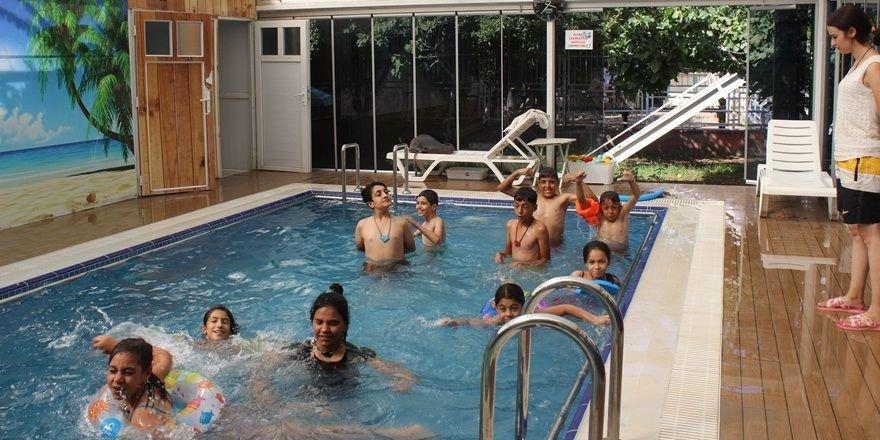 Engelli çocuklara havuzlu terapi