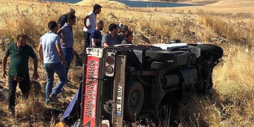 Şarampole yuvarlanan araçta iki yaralı
