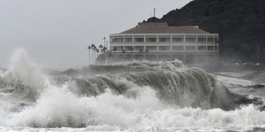 Japonya'da fırtına hayatı felç etti