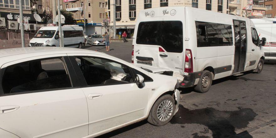 Otomobil yolcu minibüsüne çarptı: 5 yaralı