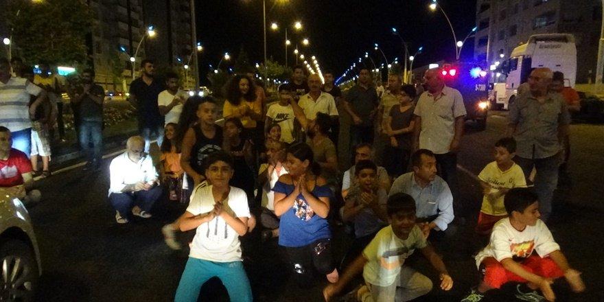 Kazasonrası çocuklar yolu trafiğe kapattı
