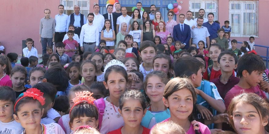 Köy okulunda şenlik havasında eğitim açılışı