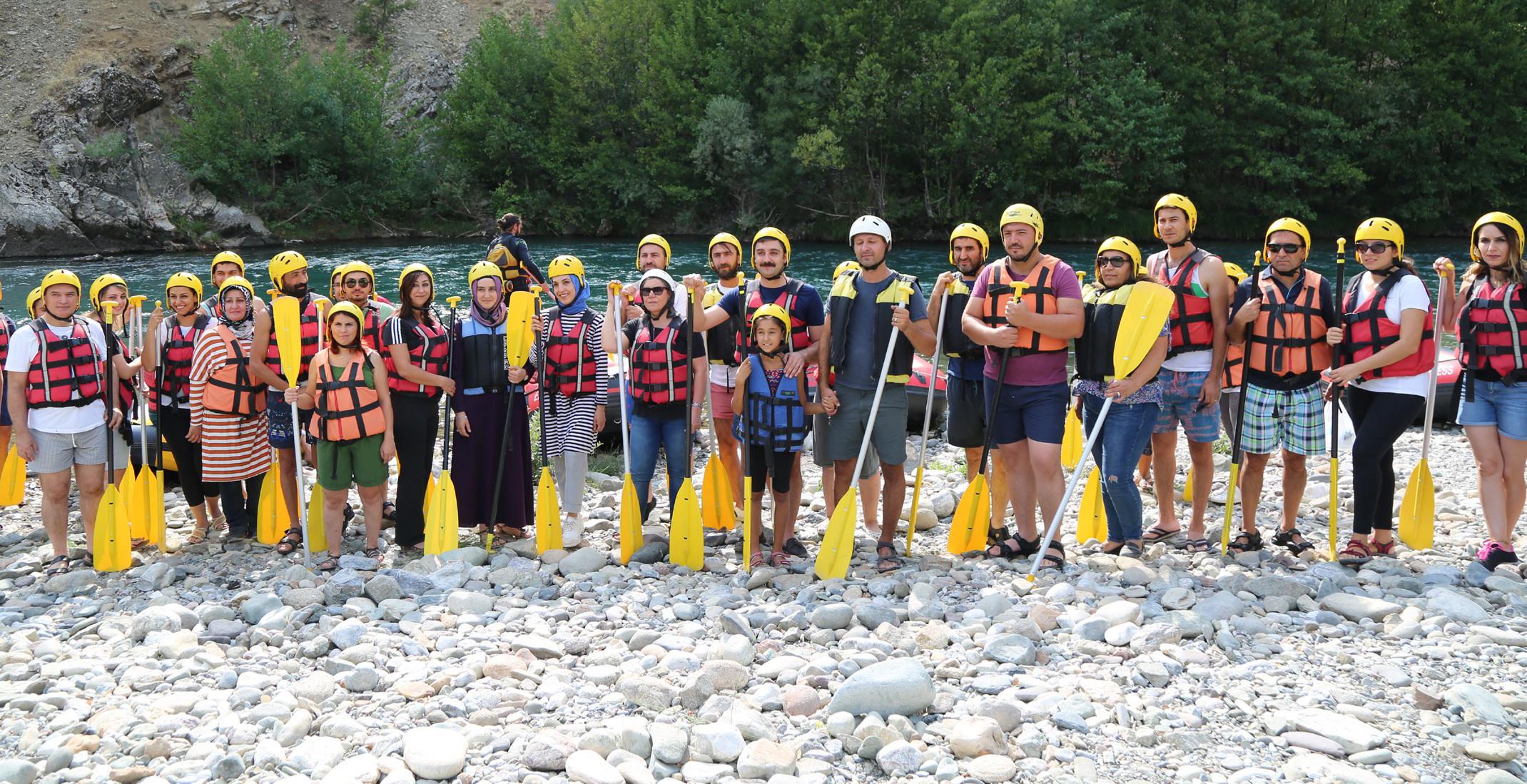 Dersim'de kanserle mücadeleye dikkat çekmek için rafting yaptılar