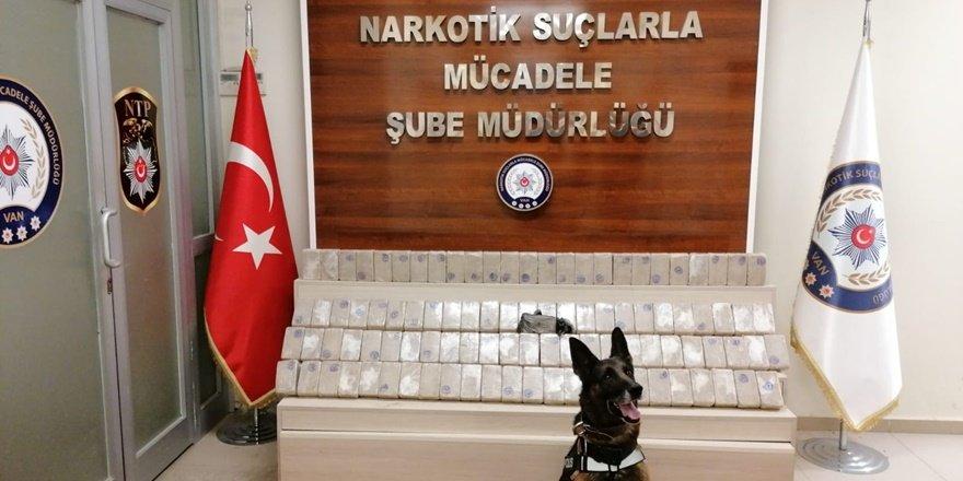 Minibüsteki eroini narkotik köpeği buldu