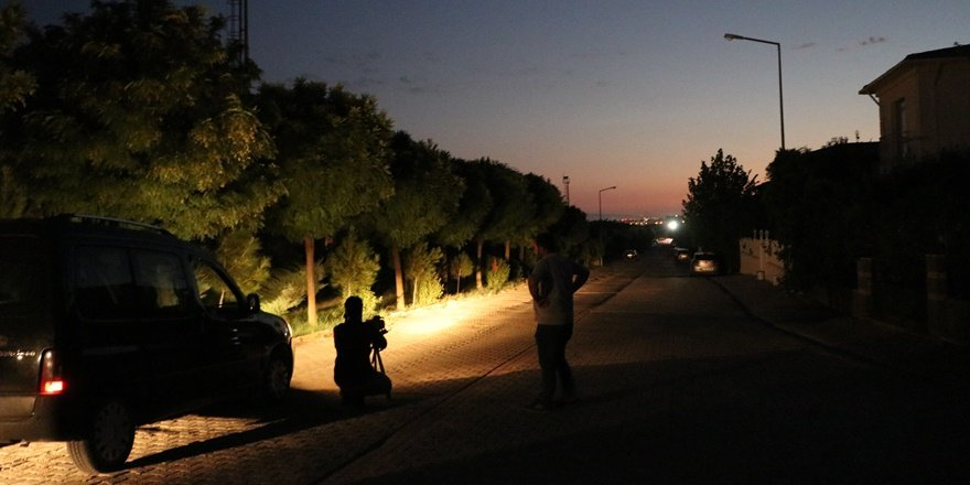 Aydınlatmanın olmadığı mahallede vatandaşlar el fenerleriyle dolaşıyor
