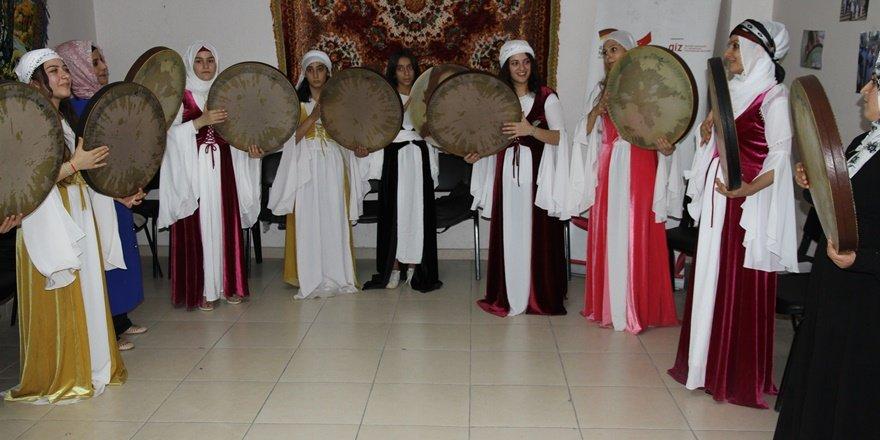 Erbaneli kadınlar, yöresel kıyafetleriyle sahne aldı