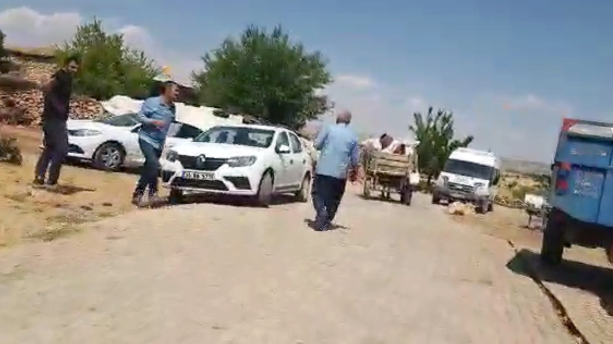 VİDEO- Kaçak elektrik kullanan köylüler DEDAŞ çalışanlarını ölümle tehdit etti