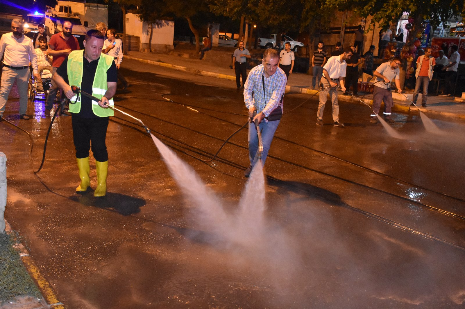 Beyoğlu önce vatandaşı dinledi sonra temizlik çalışmalarına katıldı