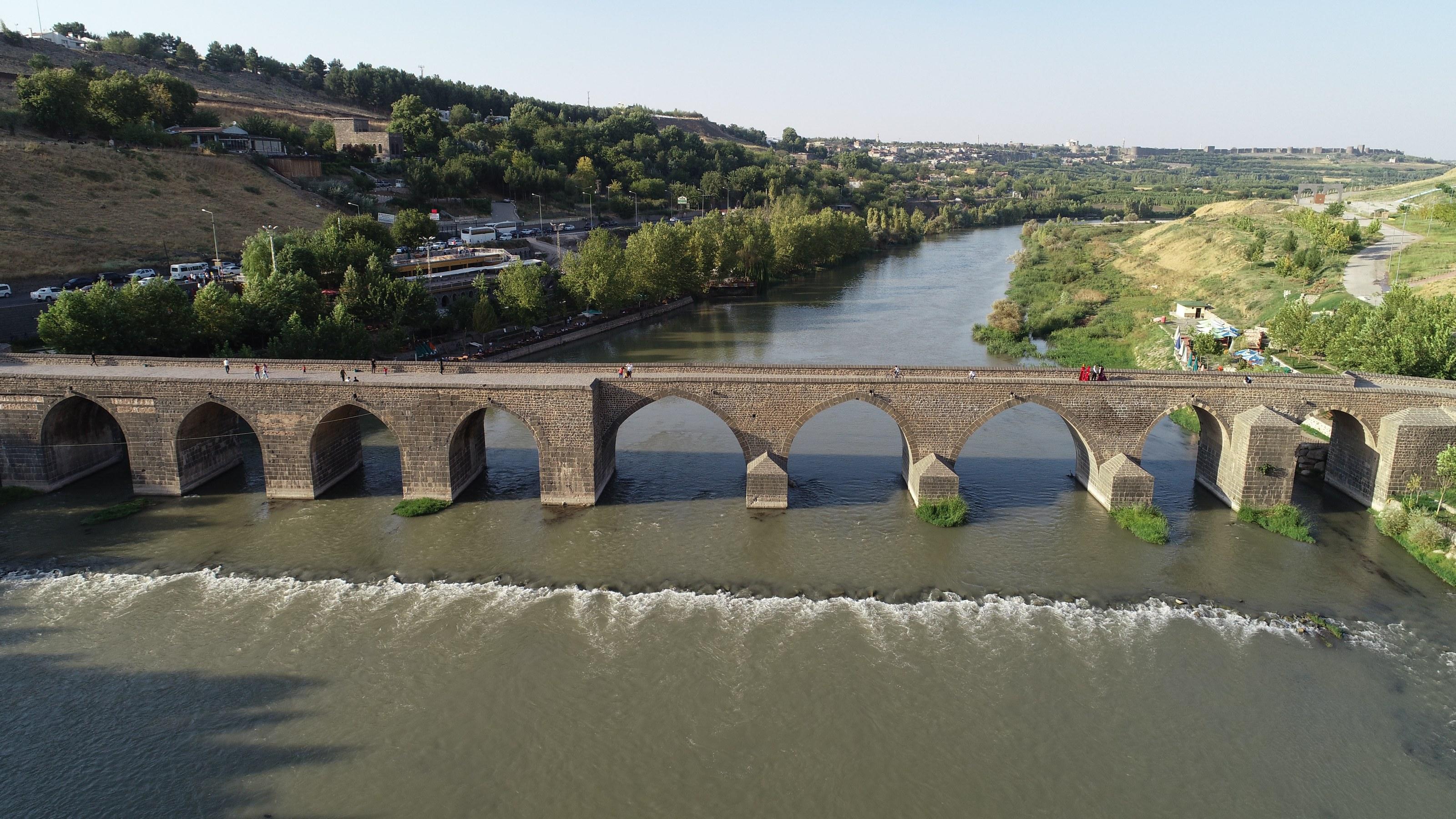 Tarihi köprüde temizlik harekatı