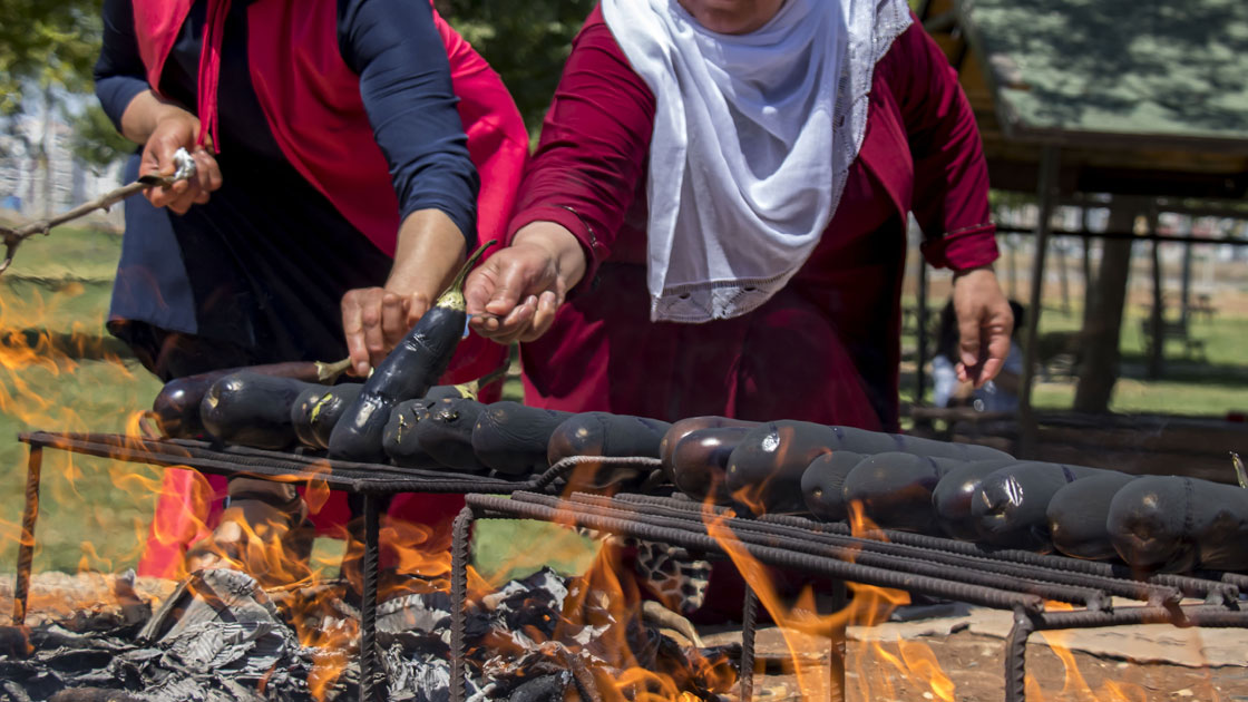 Diyarbakır'da patlıcan közleme az kalsın faciaya neden oluyordu