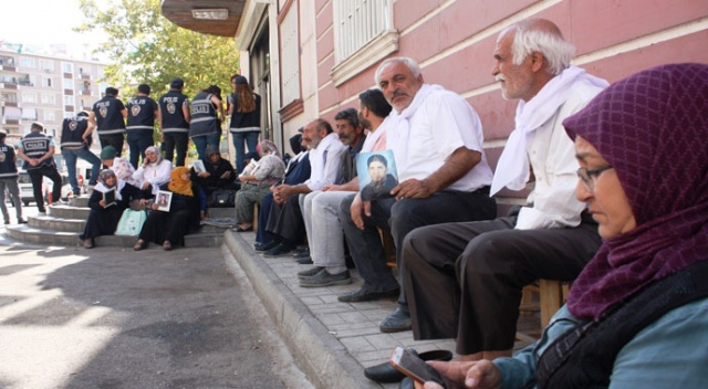 Diyarbakır'da oturma eylemi yapan annelere destek
