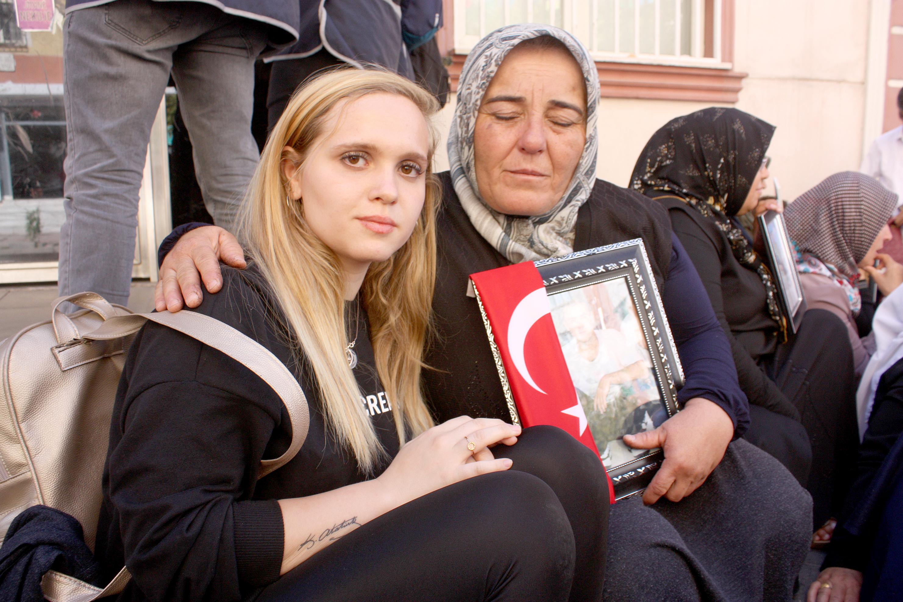 Öğrencilerden HDP önünde oturan annelere destek