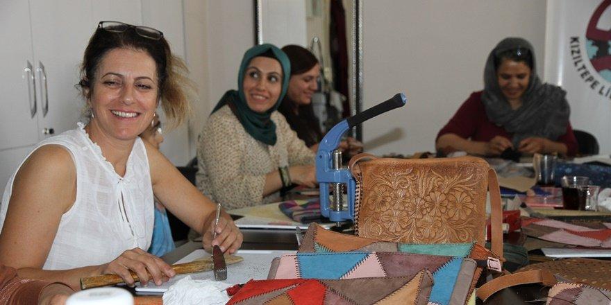 İzmit'ten geldi, Mardinli kadınlara el sanatı öğretiyor