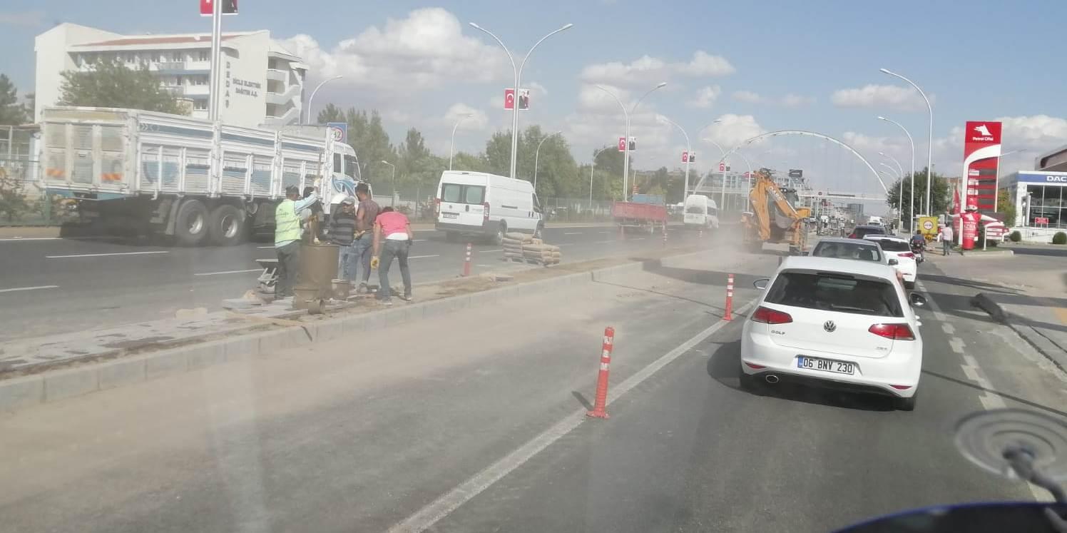 VİDEO- Çift şeritli yol teke indirildi, trafik tıkandı