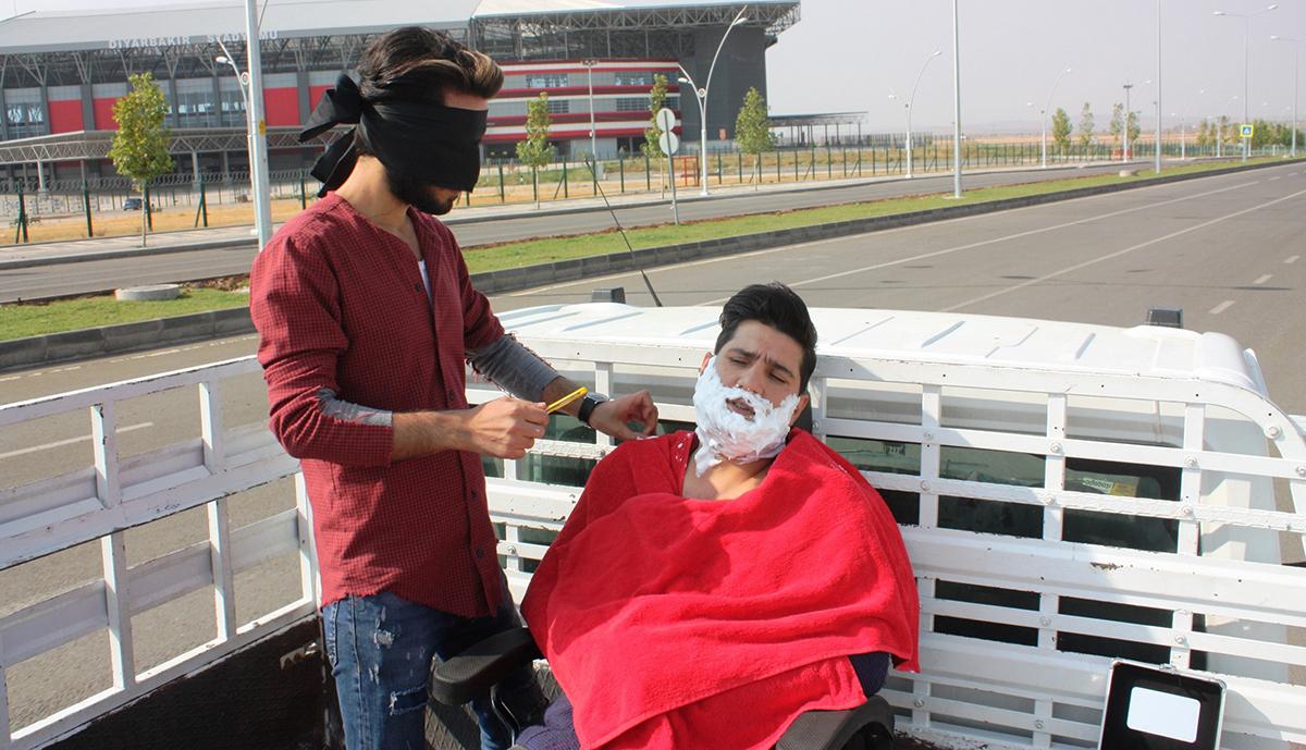VİDEO - Diyarbakırlı berber seyir halindeki araçta sakal tıraşı yaptı