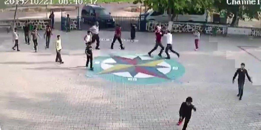 VİDEO - Öğrencilerin gözü önünde öğretmene veli dayağı